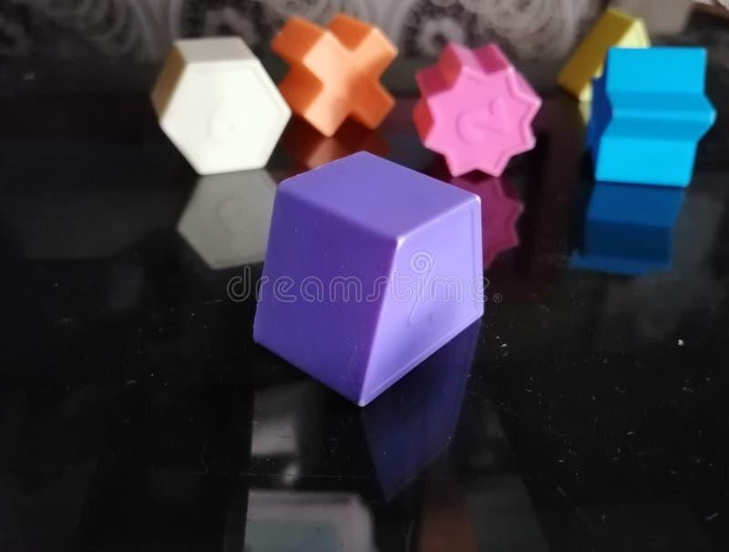 Verschiedene geometrische geformte Spielwaren auf einem Glas lizenzfreies stockbild