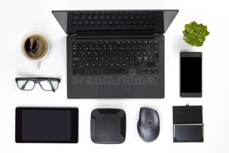 Verschiedene Geräte vereinbart auf weißem Schreibtisch lizenzfreies stockbild