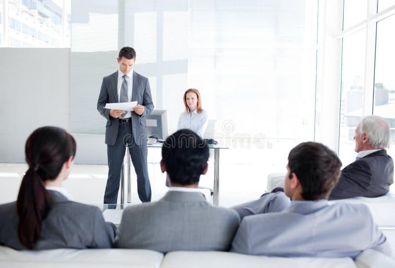 Verschiedene Geschäftsleute bei einer Konferenz stockfotografie