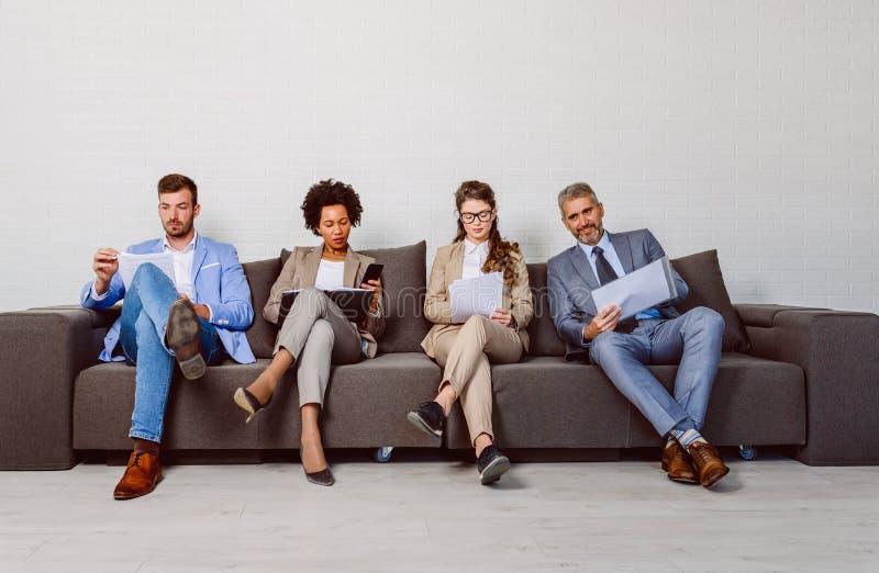Verschiedene Geschäftsleute, die auf ein Interview warten stockbilder