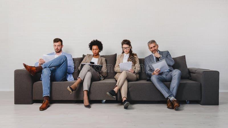 Verschiedene Geschäftsleute, die auf eine Verabredung warten lizenzfreie stockbilder