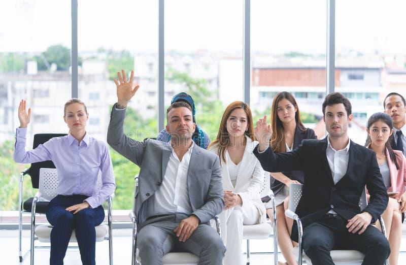 Verschiedene Geschäftsleute, die Trainingskonferenz nehmen stockfotografie