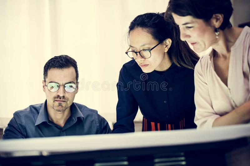 Verschiedene Geschäftsleute, die zusammenarbeiten lizenzfreies stockfoto