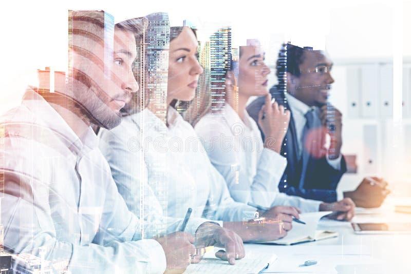 Verschiedene Geschäftsteammitglieder in einer Stadt, Stunden-Job stockfoto