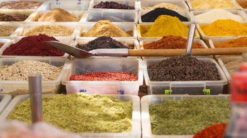 Verschiedene Gewürze für Verkauf im Basar stockfotos