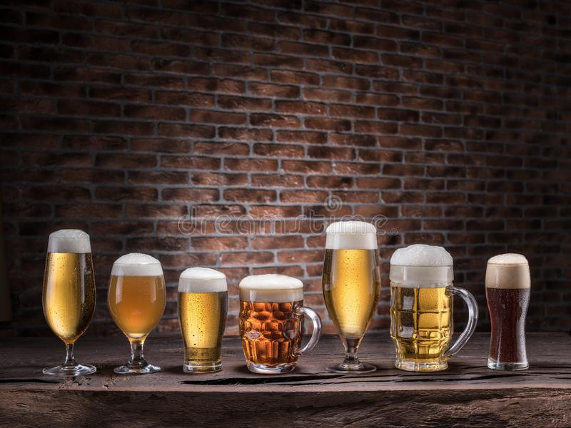 Verschiedene Gläser Bier auf dem Holztisch stockbilder