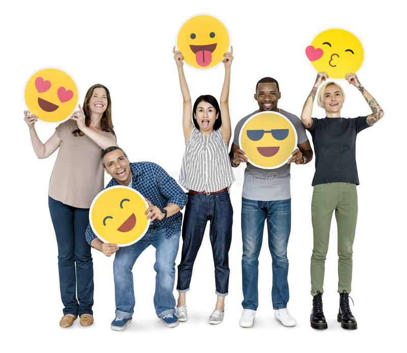 Verschiedene glückliche Menschen, die glückliche Emoticons halten lizenzfreies stockbild