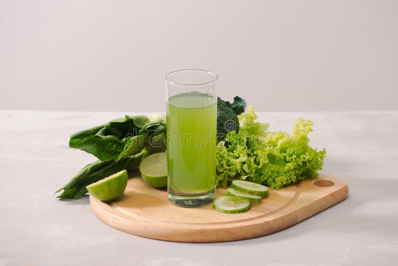 Verschiedene grüne organische Salatbestandteile auf weißem Hintergrund Gesunder Lebensstil oder Detoxdiätlebensmittelkonzept stockbilder