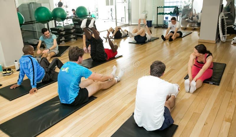 Verschiedene Gruppe junge Leute an einer Pilates-Klasse stockbild