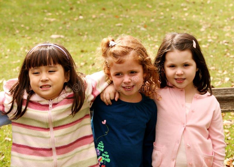 Verschiedene Gruppe kleine Mädchen draußen lizenzfreies stockbild