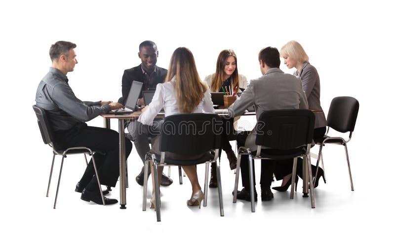 Verschiedene Gruppe Wirtschaftler, die an Laptop arbeiten stockbild