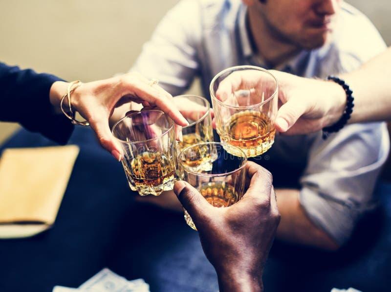 Verschiedene Hände, die Alkoholgläser klirren stockbilder