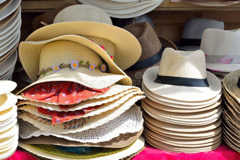 Verschiedene Hüte auf Anzeige lizenzfreie stockfotografie