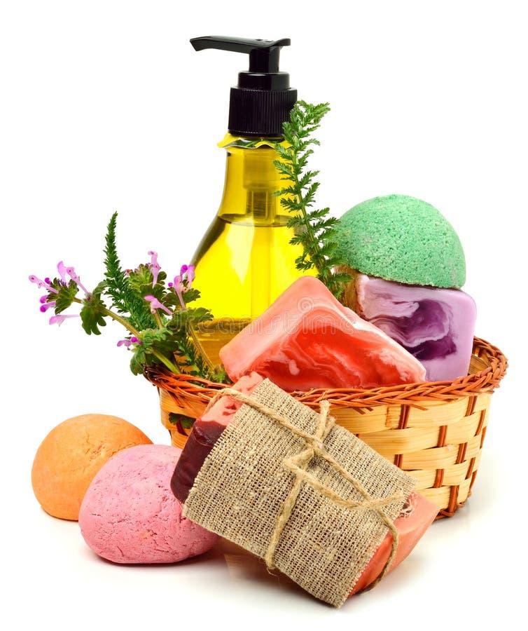 Verschiedene handgemachte Seifen, Badebomben, Gel und Kräuter lizenzfreie stockbilder