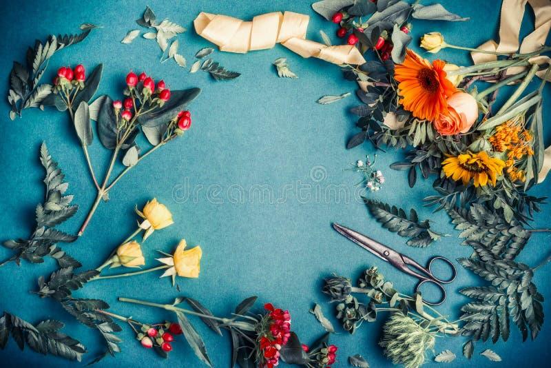 Verschiedene Herbstblumen- und -blattanordnung mit Scheren für den Dekorationsblumenstrauß, der auf blauem Tabellenhintergrund, D lizenzfreie stockbilder