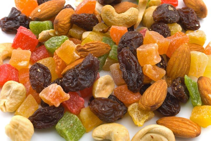 Verschiedene kandierte Früchte und Muttern stockfotografie