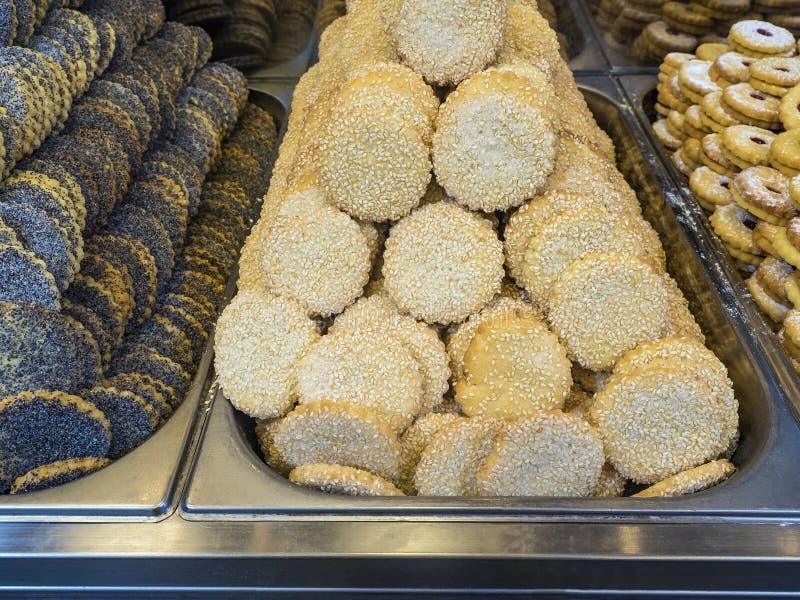 Verschiedene Kekse in den Metallbehältern, zum einer Konditorei zur Schau zu stellen stockbilder