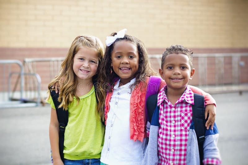 Verschiedene Kinder, die zur Volksschule gehen stockfotos