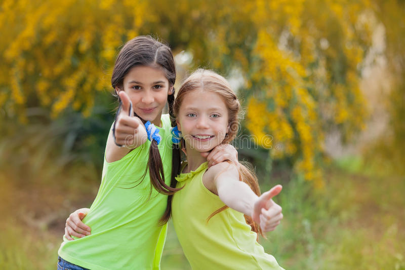 Verschiedene Kinder am Sommerlager stockfotografie