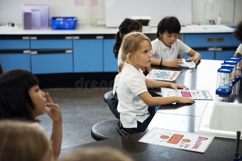 Verschiedene Kindergartenstudenten, die Studie im Klassenzimmer lernen lizenzfreies stockfoto