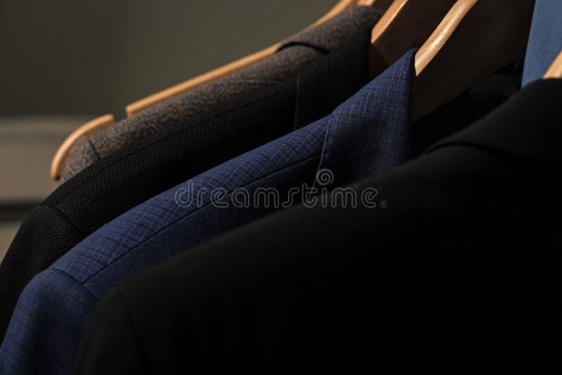 Verschiedene Klagen Jacken auf Aufhängern im Shop auf unscharfem Hintergrund stockbild