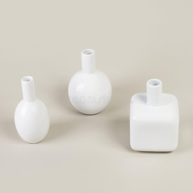 Moderne Vasen verschiedene kleine moderne vasen des weiß für dekoration stockbild