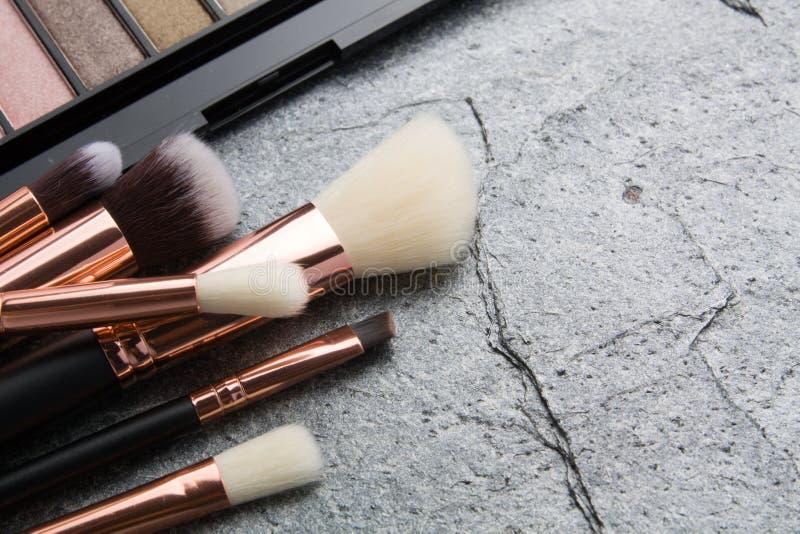 Verschiedene kosmetische Produkte auf dunklem Hintergrund lizenzfreies stockbild