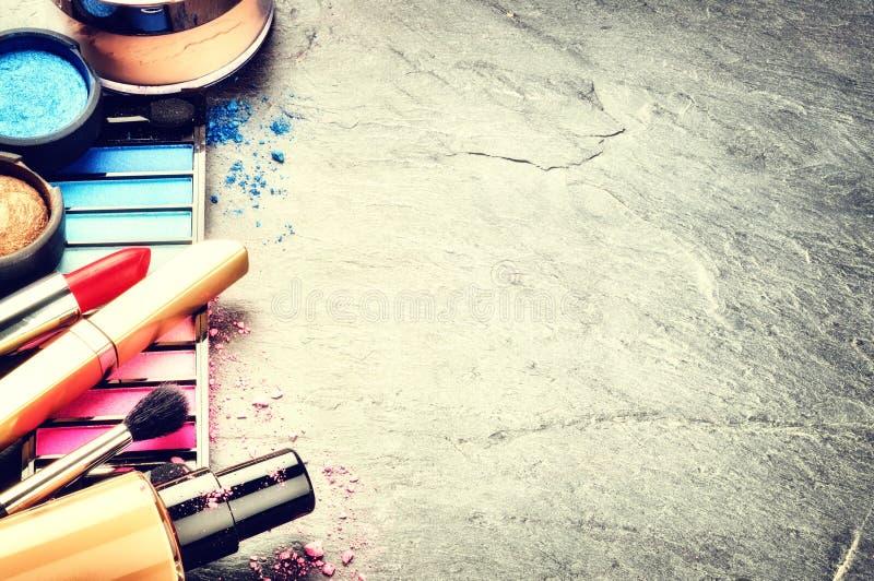 Verschiedene kosmetische Produkte auf dunklem Hintergrund stockbilder