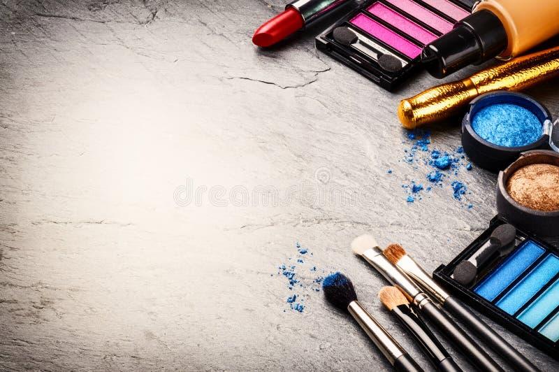 Verschiedene kosmetische Produkte auf dunklem Hintergrund stockfoto