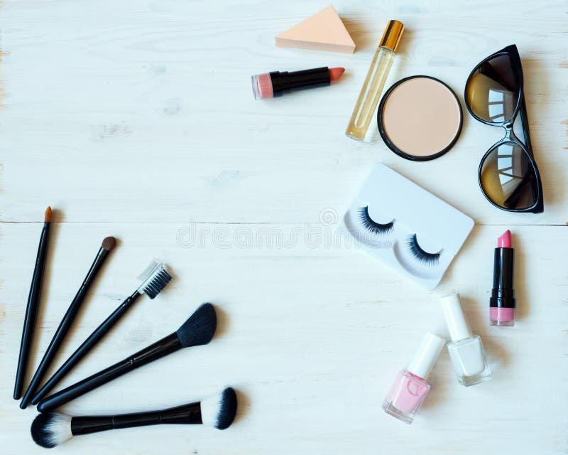Verschiedene kosmetische Produkte auf hölzernem Hintergrund mit copyspace lizenzfreies stockfoto