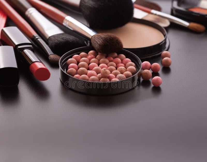 Verschiedene kosmetische Produkte auf Hintergrund des dunklen Schwarzen mit copyspace lizenzfreies stockfoto