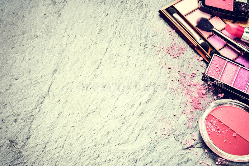 Verschiedene kosmetische Produkte im rosa Ton stockbilder