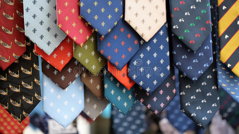 Verschiedene Krawatten für Verkauf stockbilder