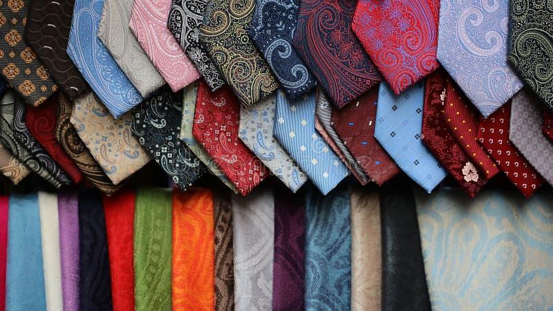 Verschiedene Krawattenschals für Verkauf stockfotos
