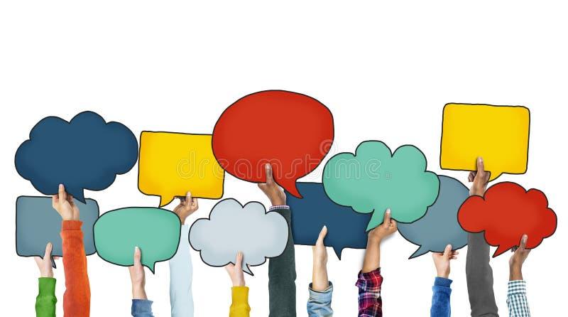 Verschiedene Leute, die bunte Sprache-Blasen halten stock abbildung
