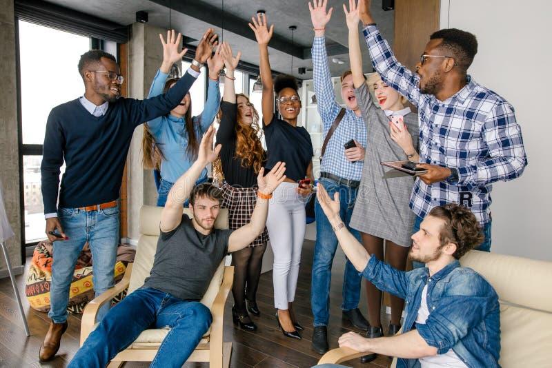 Verschiedene Leute, die ihre Hände anheben, um ihre Vereinbarung zu zeigen und zu vereinigen lizenzfreie stockfotos