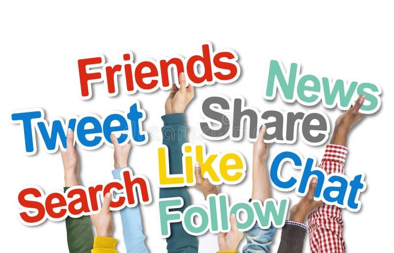 Verschiedene Leute, die Social Media-Wörter halten lizenzfreie stockfotografie