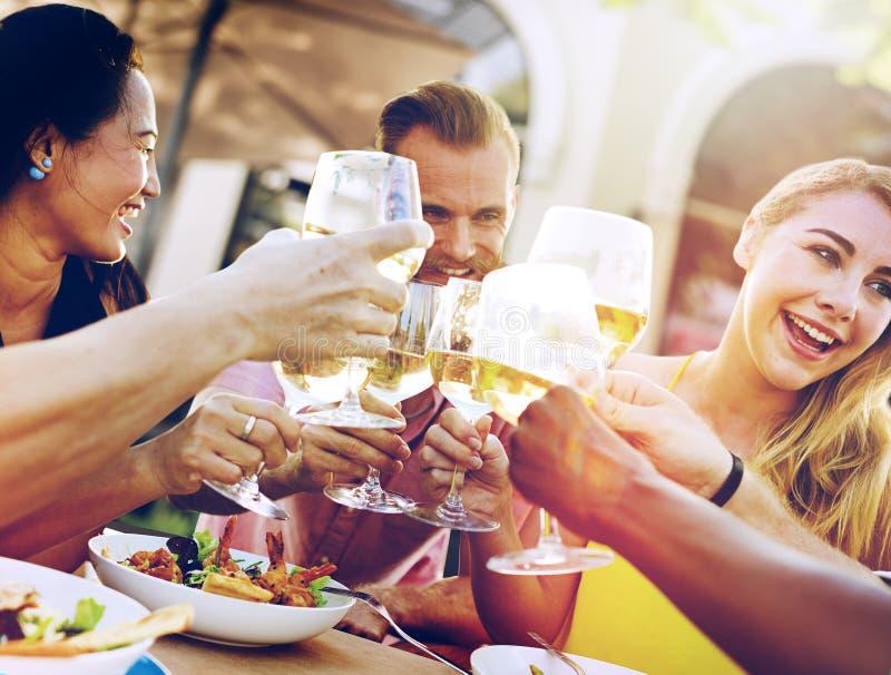 Verschiedene Leute-Freunde, die heraus trinkendes Konzept hängen stockfotos