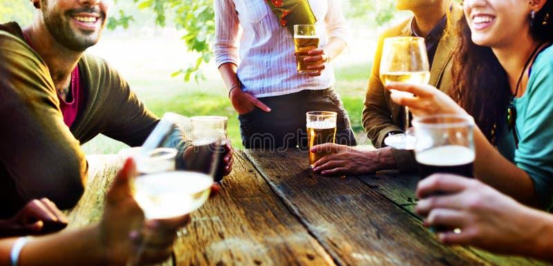 Verschiedene Leute-Freunde, die heraus trinkendes Konzept hängen lizenzfreie stockfotografie