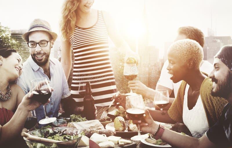 Verschiedene Leute-Freunde, die heraus trinkendes Konzept hängen lizenzfreie stockbilder