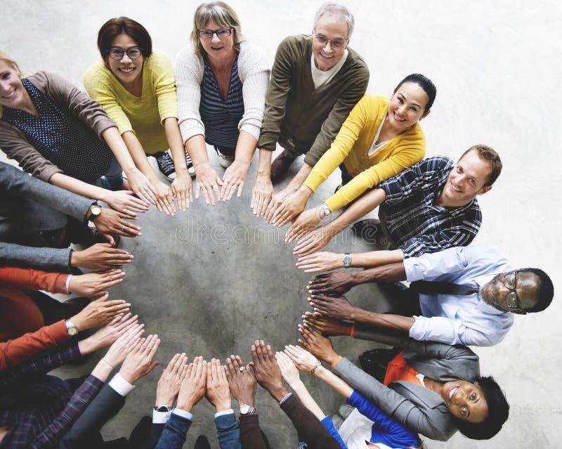 Verschiedene Leute-Freundschafts-Zusammengehörigkeits-Verbindungs-Vogelperspektive Co stockfotos