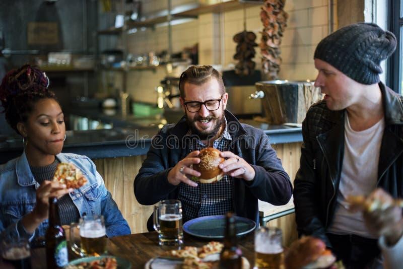 Verschiedene Leute Hang Out Pub Friendship stockfotografie
