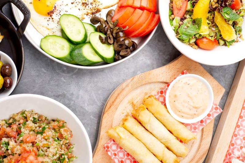 Verschiedene libanesische Platten/Mittelmeerküche lizenzfreies stockfoto