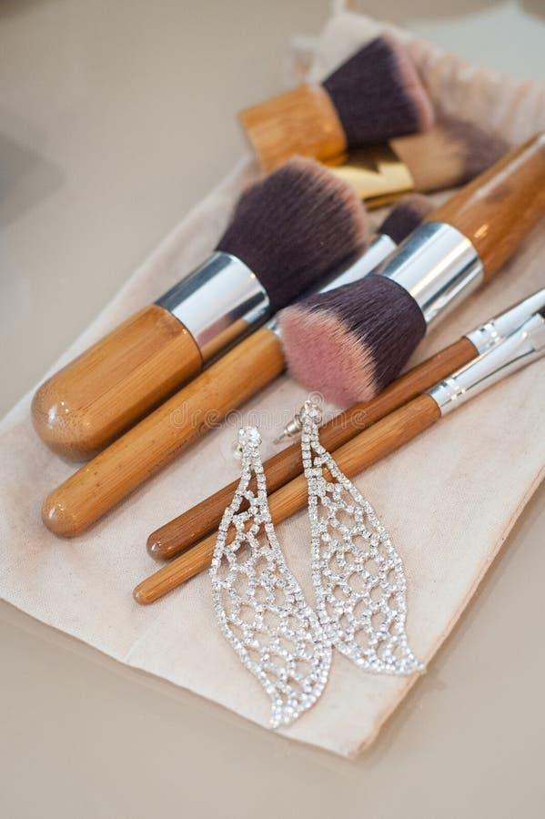 Verschiedene Make-upbürsten auf hellem Hintergrund mit copyspace stockfotografie