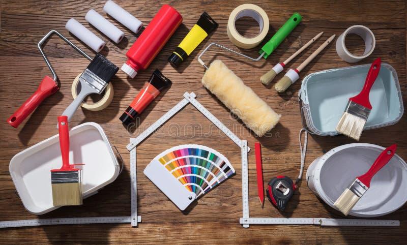 Verschiedene Malerei-Werkzeuge mit Farbpalette lizenzfreies stockfoto