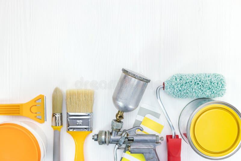 Verschiedene Malereiwerkzeuge auf weißem hölzernem Hintergrund lizenzfreie stockfotos