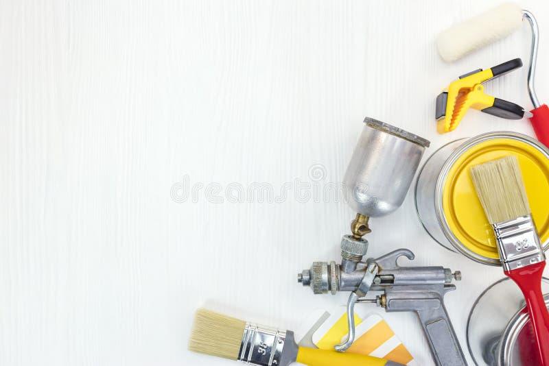 Verschiedene Malereiwerkzeuge auf weißem Hintergrund lizenzfreies stockfoto