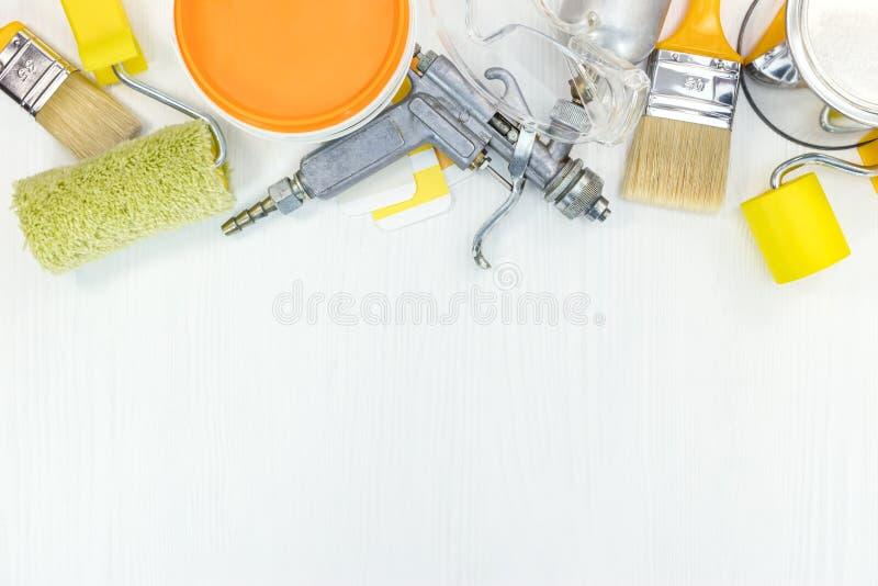 Verschiedene Malereiwerkzeuge für Hauserneuerung stockfotografie