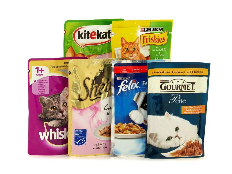 Verschiedene Marken des nassen Katzenfutters, die auf dem europäischen Markt gekauft werden können lizenzfreie stockfotos