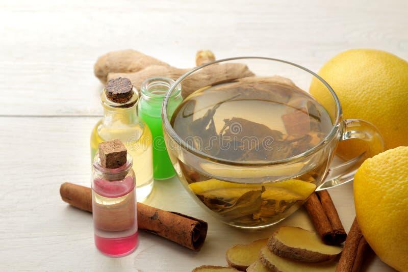 Verschiedene Medizin für Grippe und Erkältungsmittel auf einem weißen Holztisch kalt krankheiten kalt grippe stockfotos